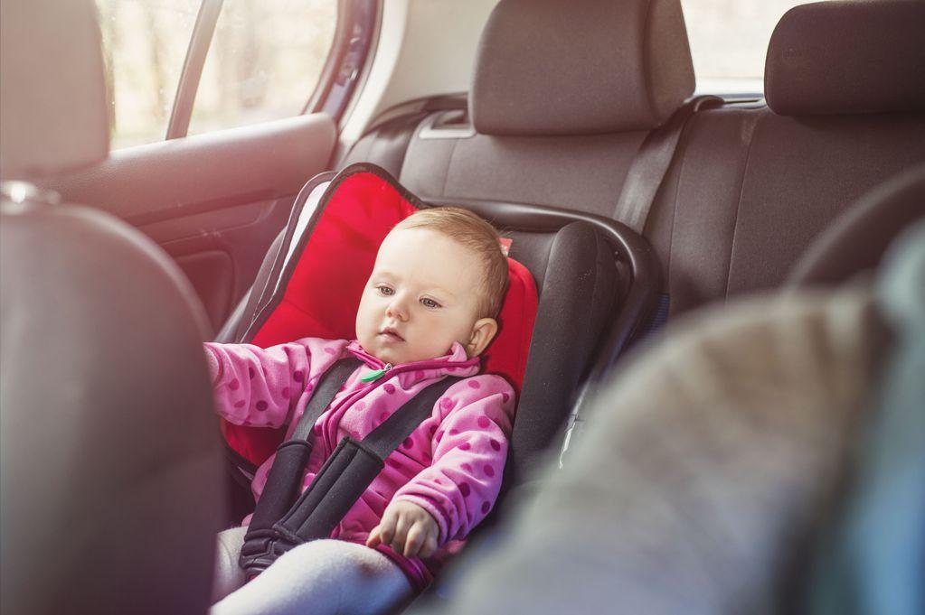 comment bien attacher bébé dans son siège-auto en hiver ?